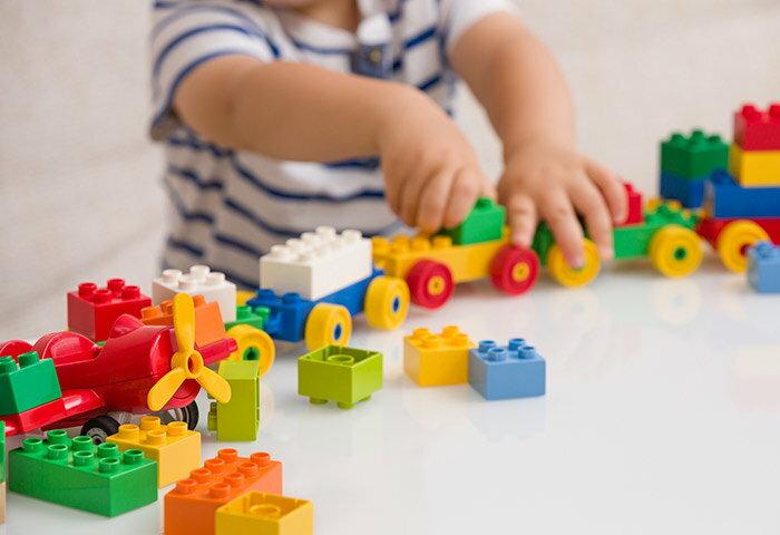 2歳におすすめ知育玩具12選!おもちゃ遊びを通して子どもの健やかな成長をサポート