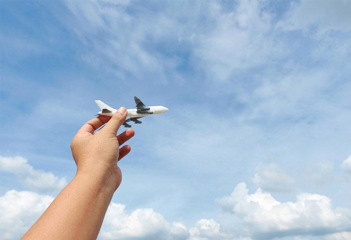 赤ちゃんを連れて飛行機に乗っても大丈夫?注意点や持ち物も紹介