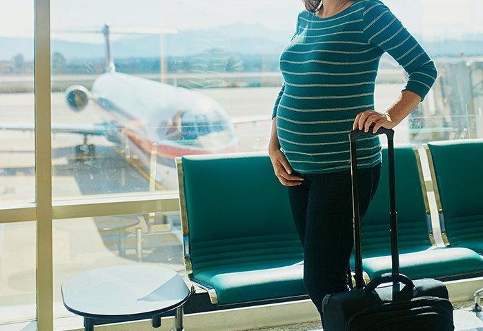 【医師監修】妊娠中、飛行機に乗れるのはいつからいつまで?妊婦や赤ちゃんへの影響を解説!