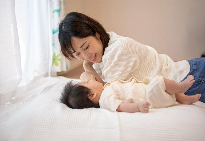 赤ちゃんの寝返りはいつから?寝返りの兆候やサポート方法を解説