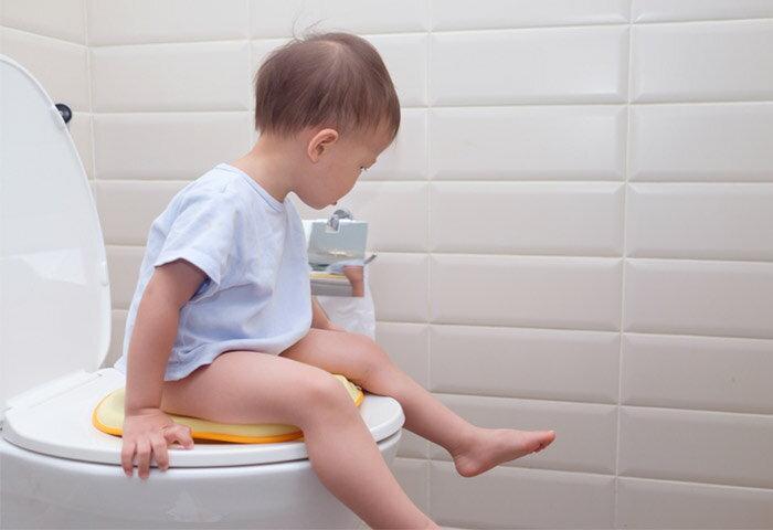 トイレトレーニングはいつから始めるべき?進め方と成功させるコツを紹介【専門家監修】