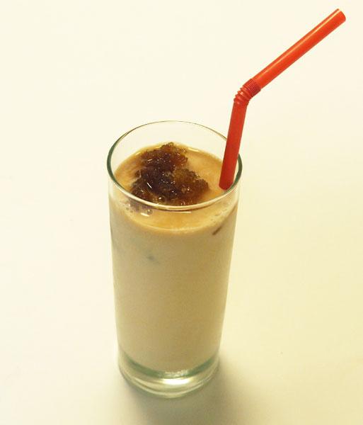 コーヒーのシャーベットに牛乳を混ぜてラテに。コーヒーは砂糖を入れて作ったほうが、うまくシャーベット状に仕上がります
