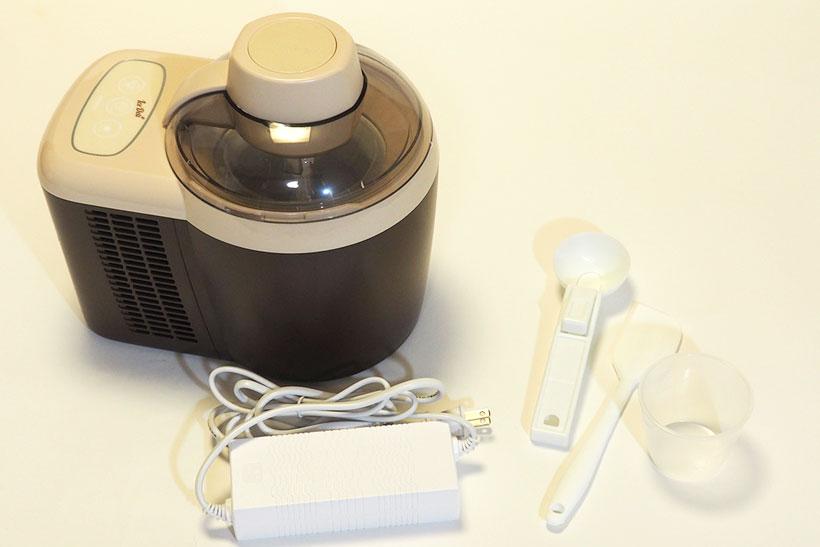 食材をポッドに投入し、ボタンを押すだけでアイスクリームが作れるアイスデリ。投入できる食材は最大約300ccまで。アイスをすくうスクープやヘラなども付属します