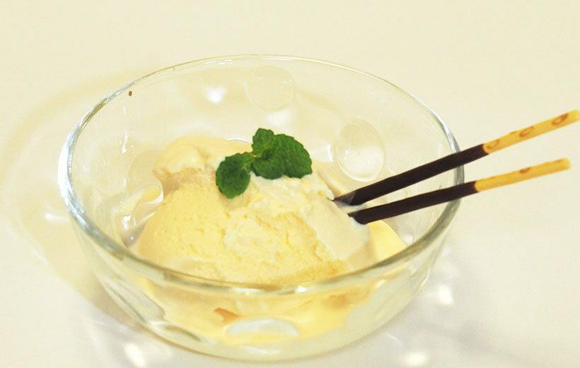 牛乳、生クリーム、卵黄、砂糖だけで、濃厚で滑らかなアイスが完成!