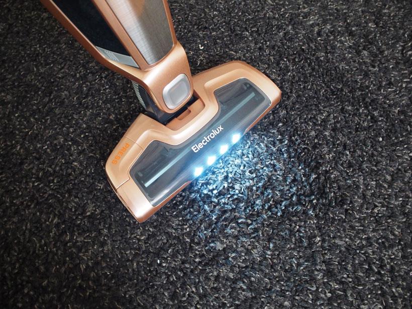 LEDが十分に明るいので、細かいゴミもはっきり見え、吸い残しがないかチェックできます
