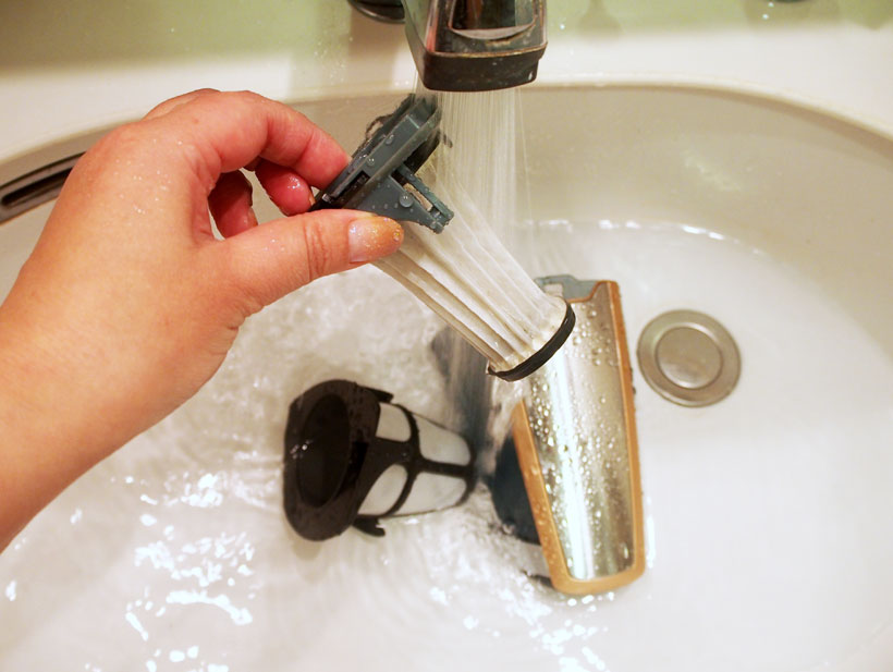 水で流せばホコリもたたず、フィルターの目詰まりもスッキリ! あとはフィルターを完全に乾せばOK