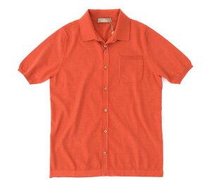 ニットポロの中でも珍しい前開きタイプは、一枚で着るのはもちろん、カットソーの上に羽織って重ね着も◎。上質なギザコットンをハイゲージで仕上げているため、しっとりなめらかな着心地です。夏の日差しに映えるアドリア海の赤煉瓦屋根のようなテラコッタオレンジは、白やベージュとも好相性。大人の色気を感じさせます。