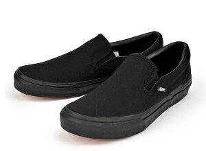 シンプルなデザインが魅力の定番モデル「スリッポン」。スタイルを選ばない柔軟な表情は、どんな服装にもぴったりハマります。細身パンツやショート丈パンツ、デニムにチノパンなど、どんなボトムスとも相性抜群。靴ひもが無いので履きやすいというところも決め手です。最初の一足としてブラックカラーがオススメ。