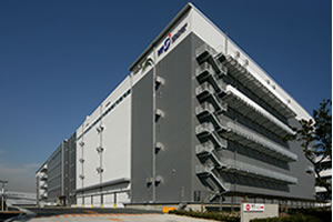最新鋭の作業機器や情報システムを導入した大規模な物流センター