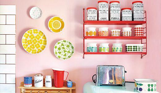 シンプルな家具にプラスして飾る収納やトレイの活用がポイント!