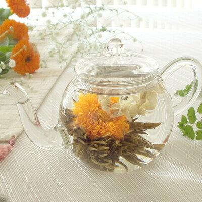 お花のつぼみとティーポット